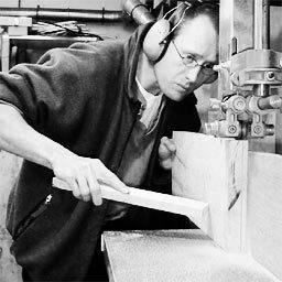 Luthier Jacco Stuitje aan het werk GItaarbouw Groningen